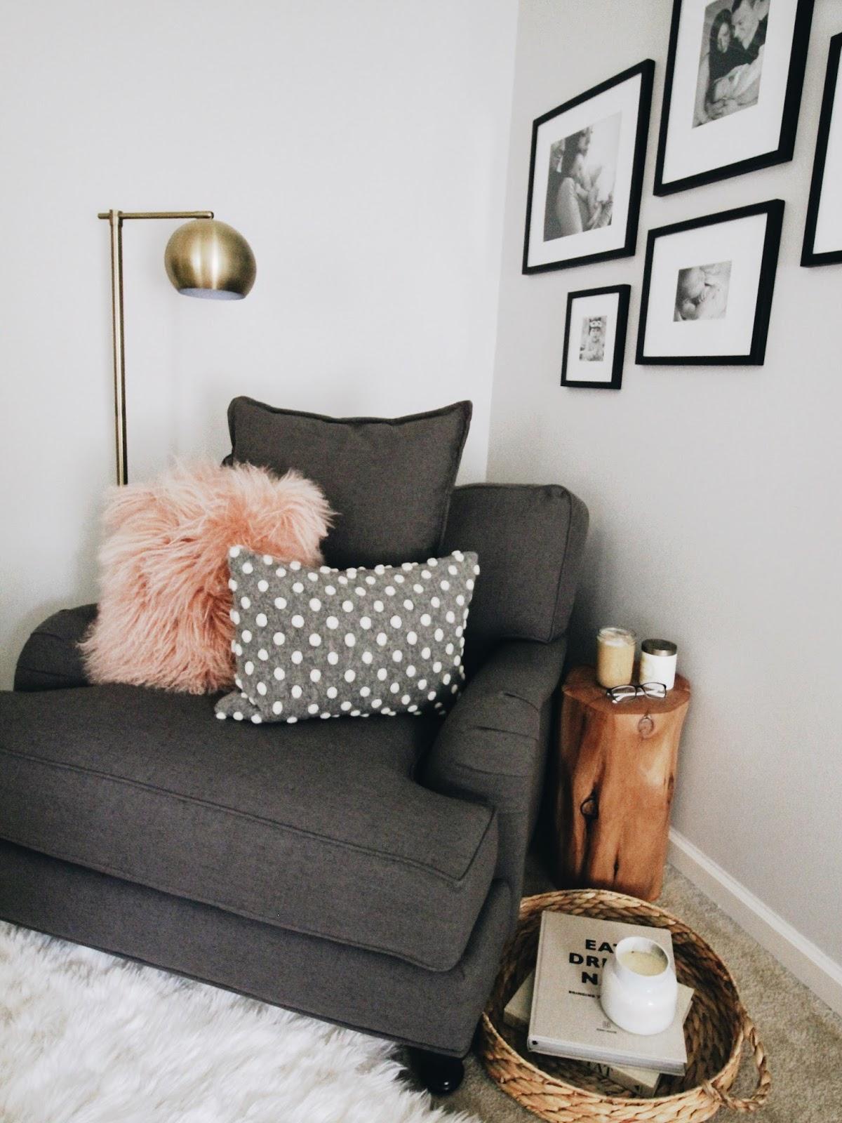 Кресло в углу для чтения
