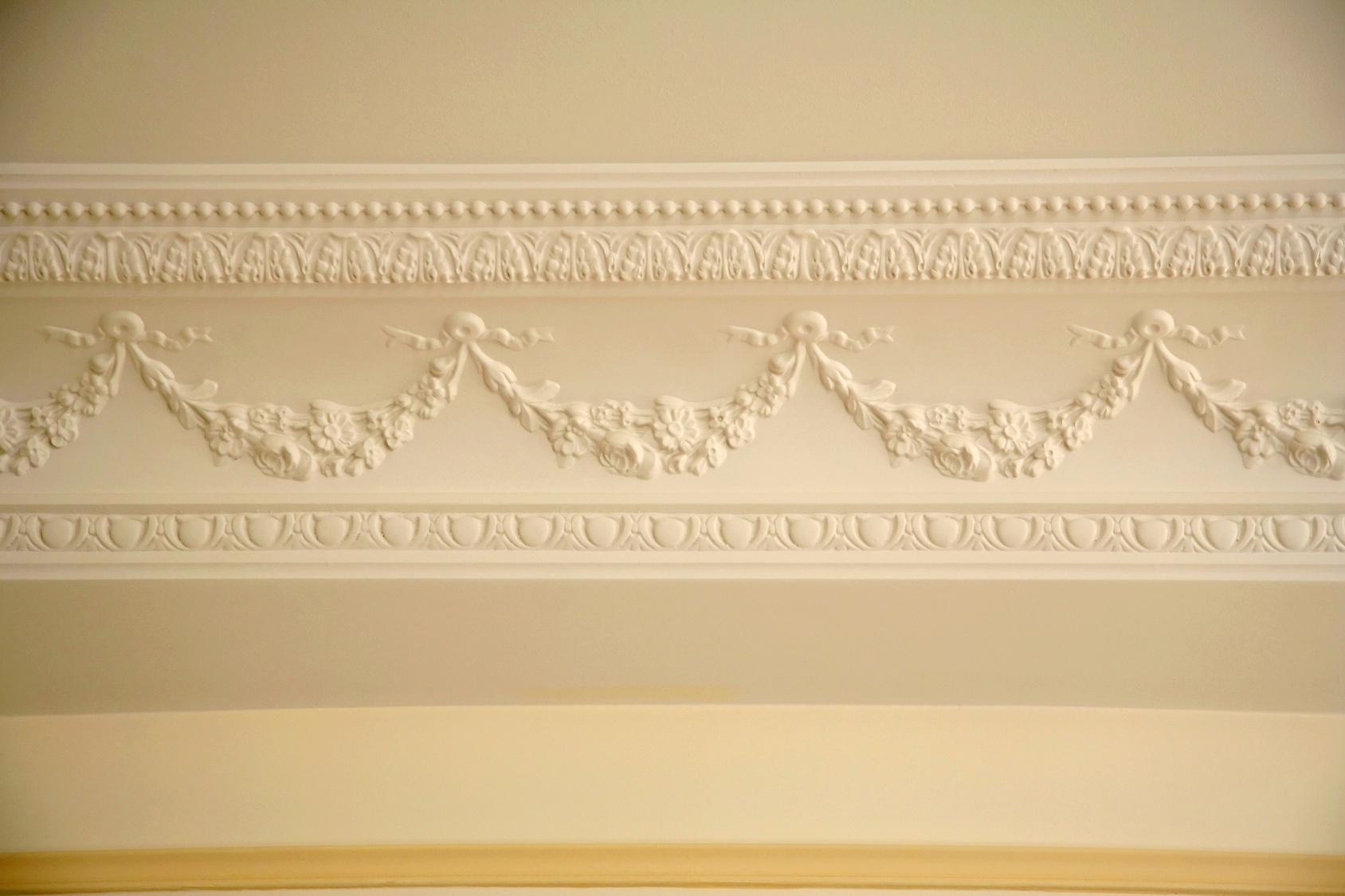 Декор из гипса на потолочном уголке