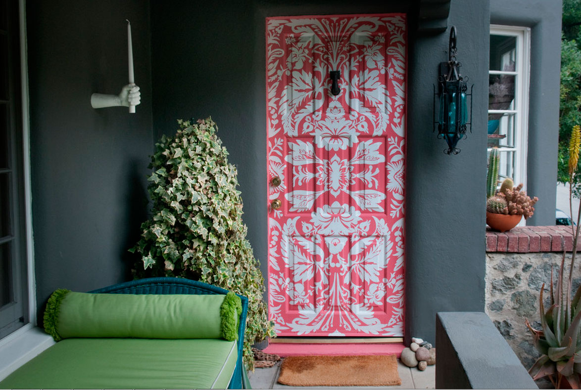 Декоративный узор на двери