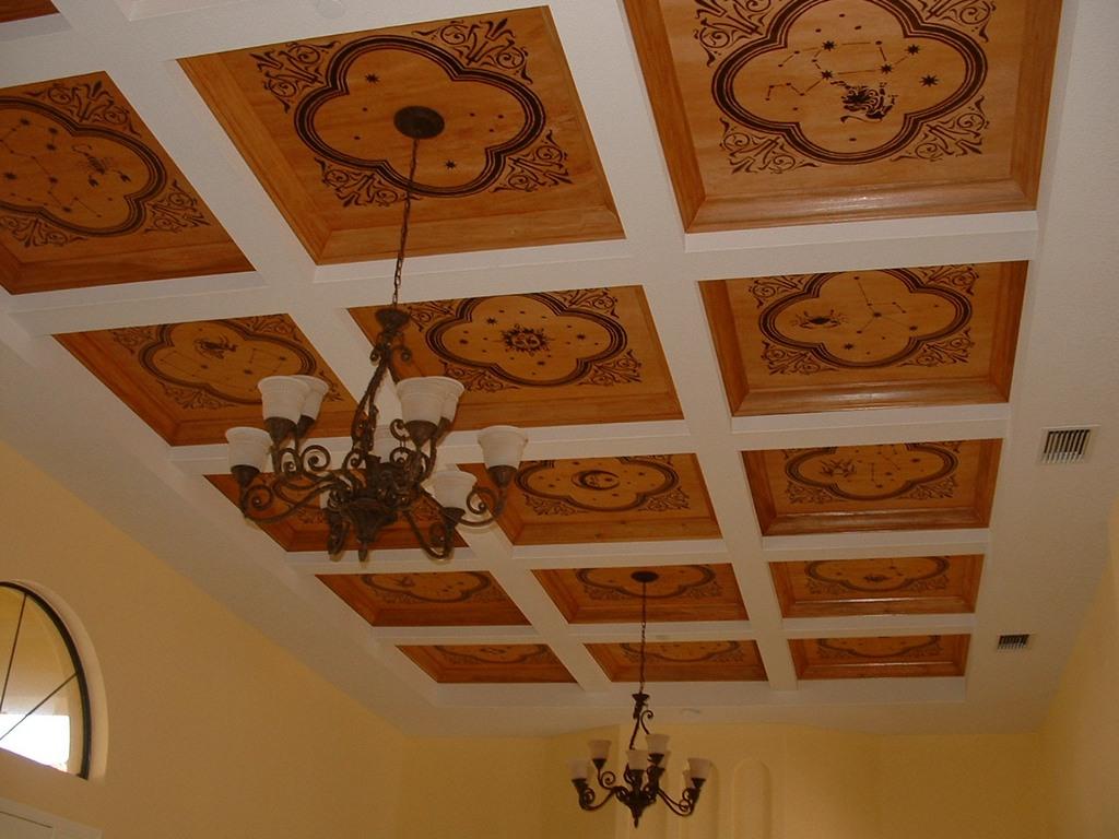Декоративный узор на деревянном потолке
