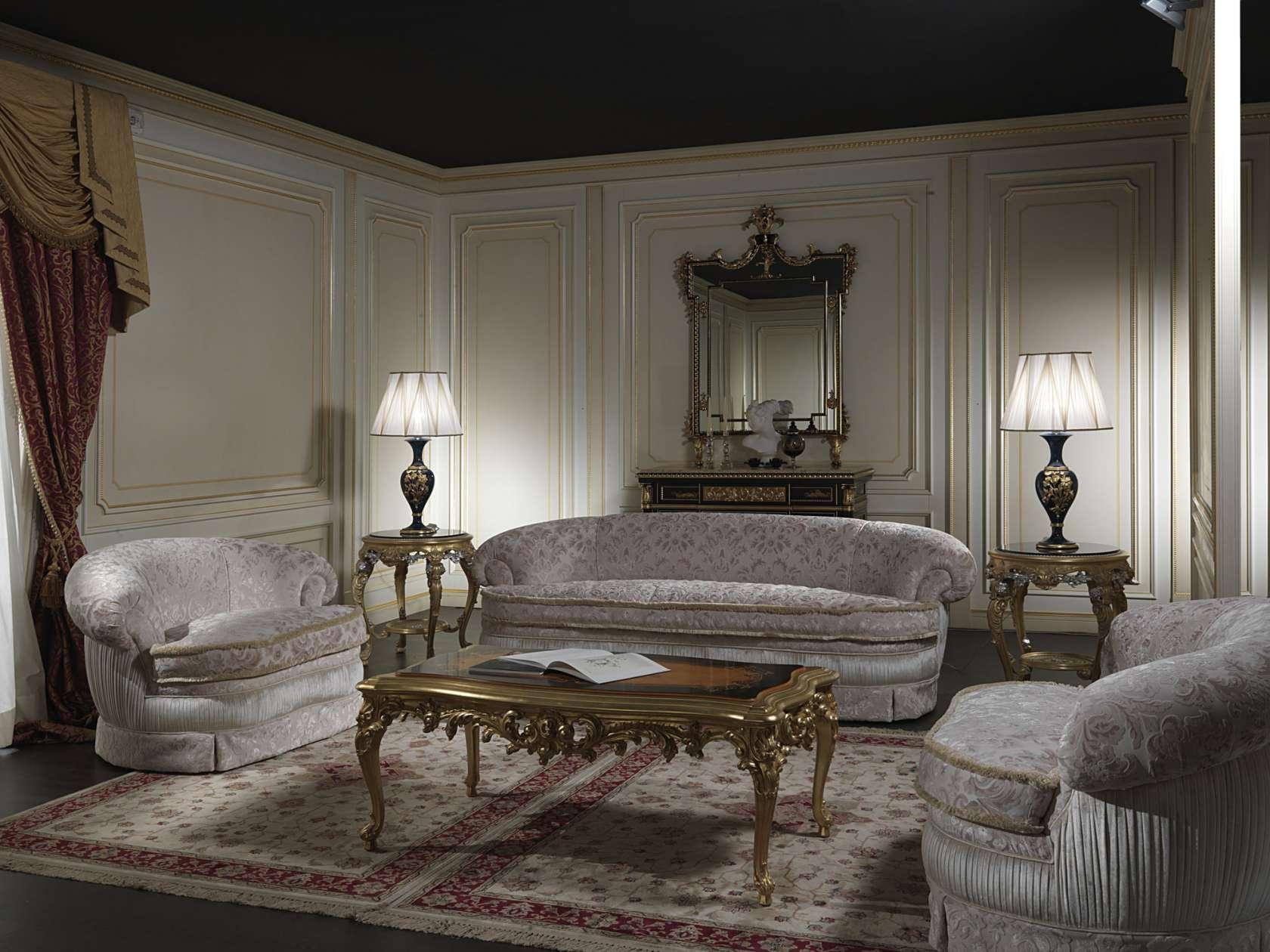 Классический диван с узорчатой обивкой