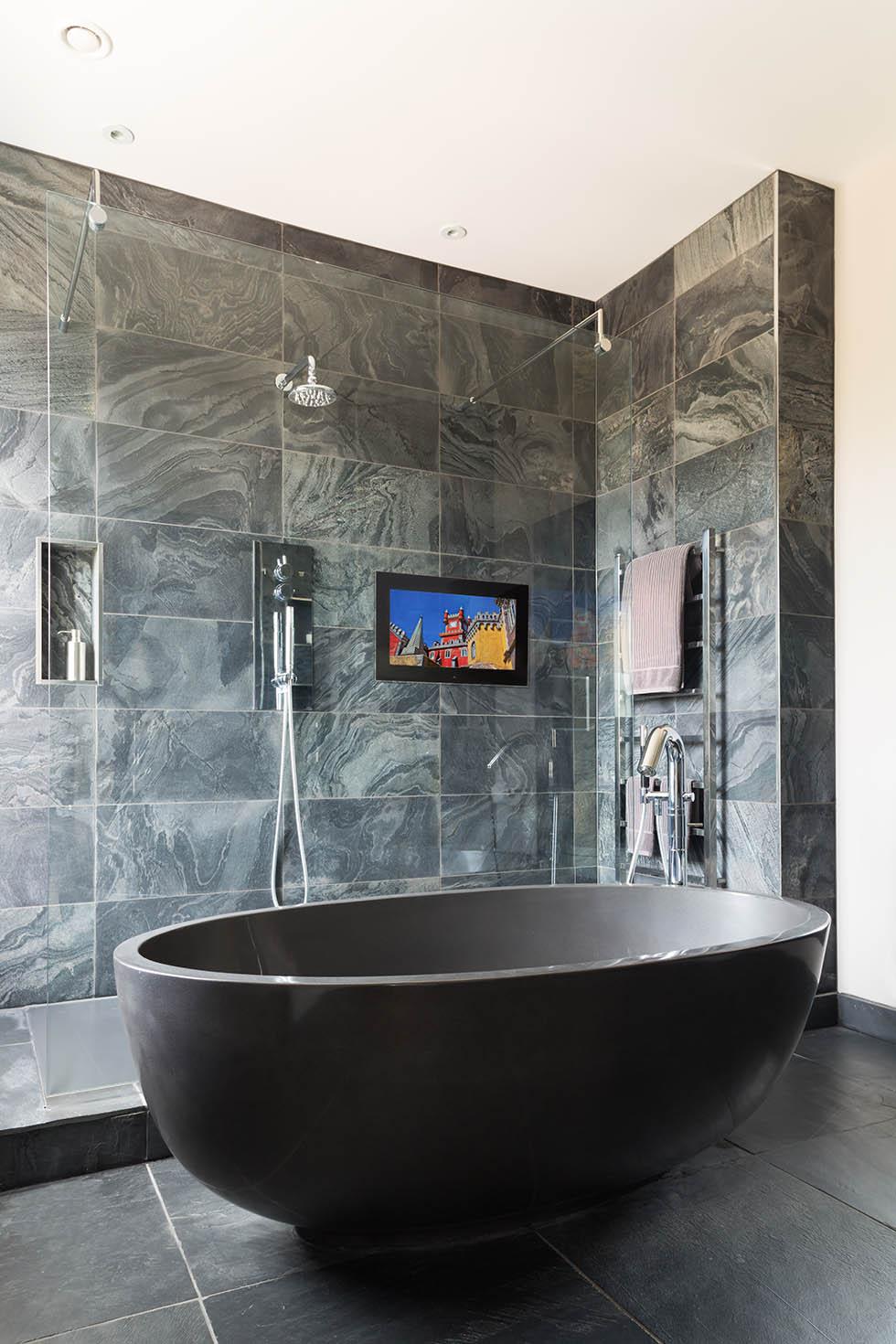 Телевизор в стене ванной