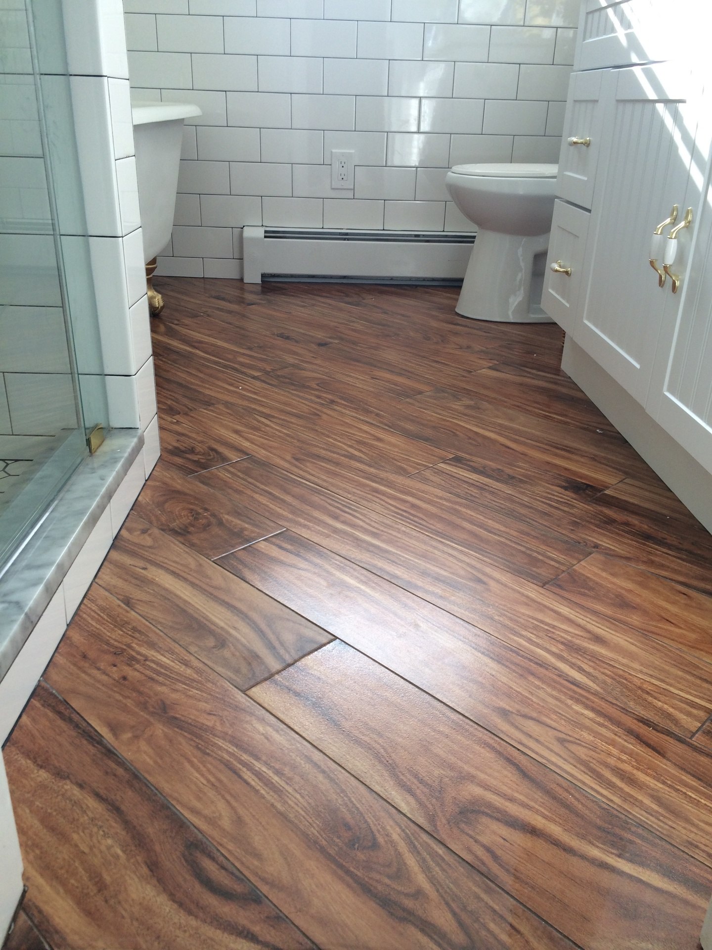 Ламинат по диагонали на полу ванной