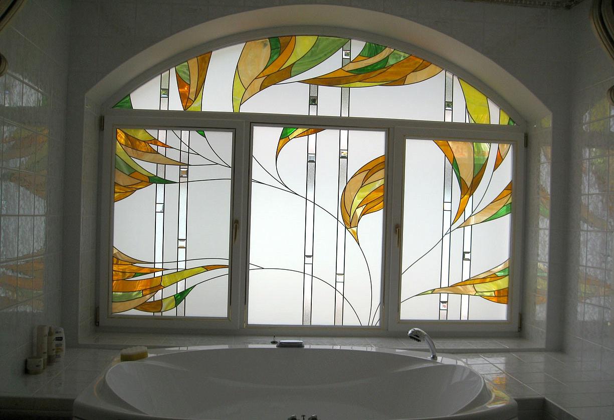Витражная пленка на окне в ванной