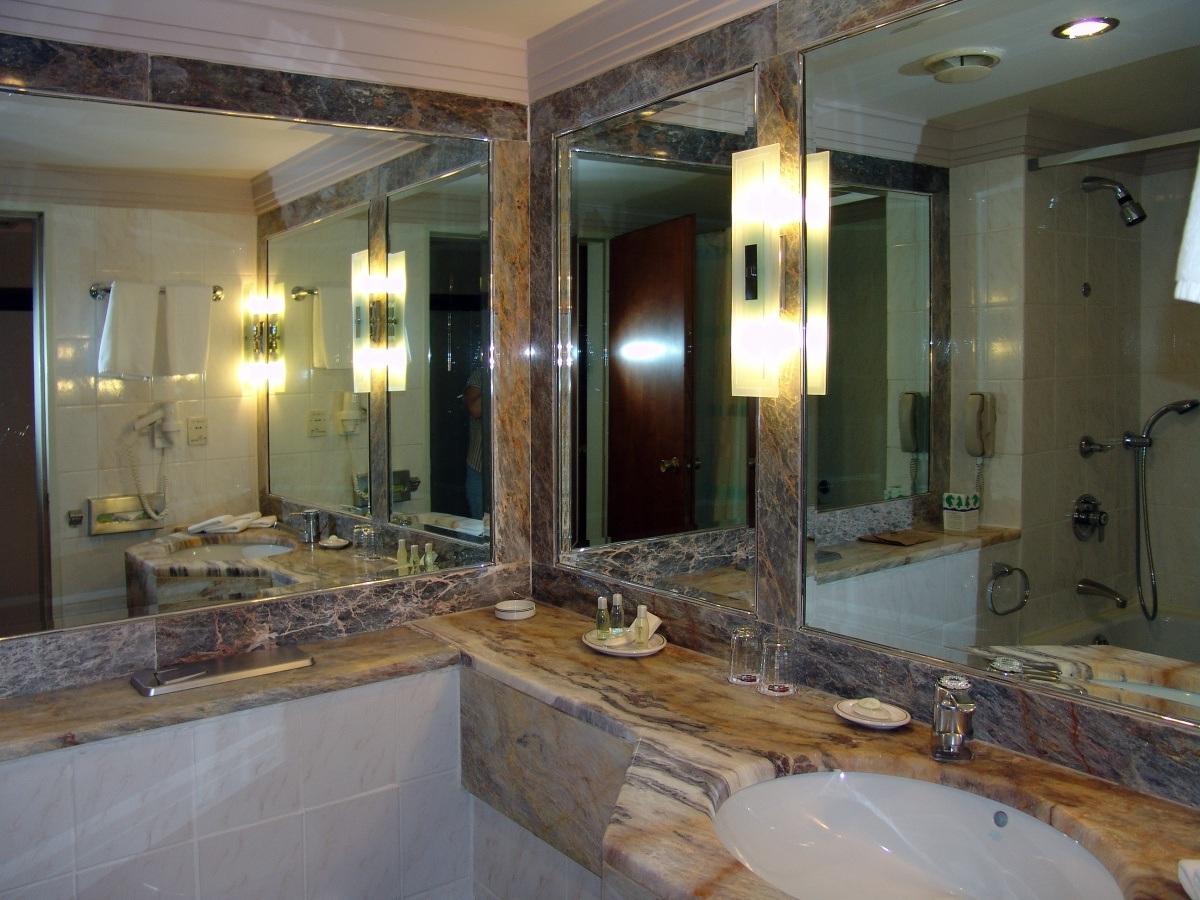 Зеркала напротив друг друга в интерьере ванной