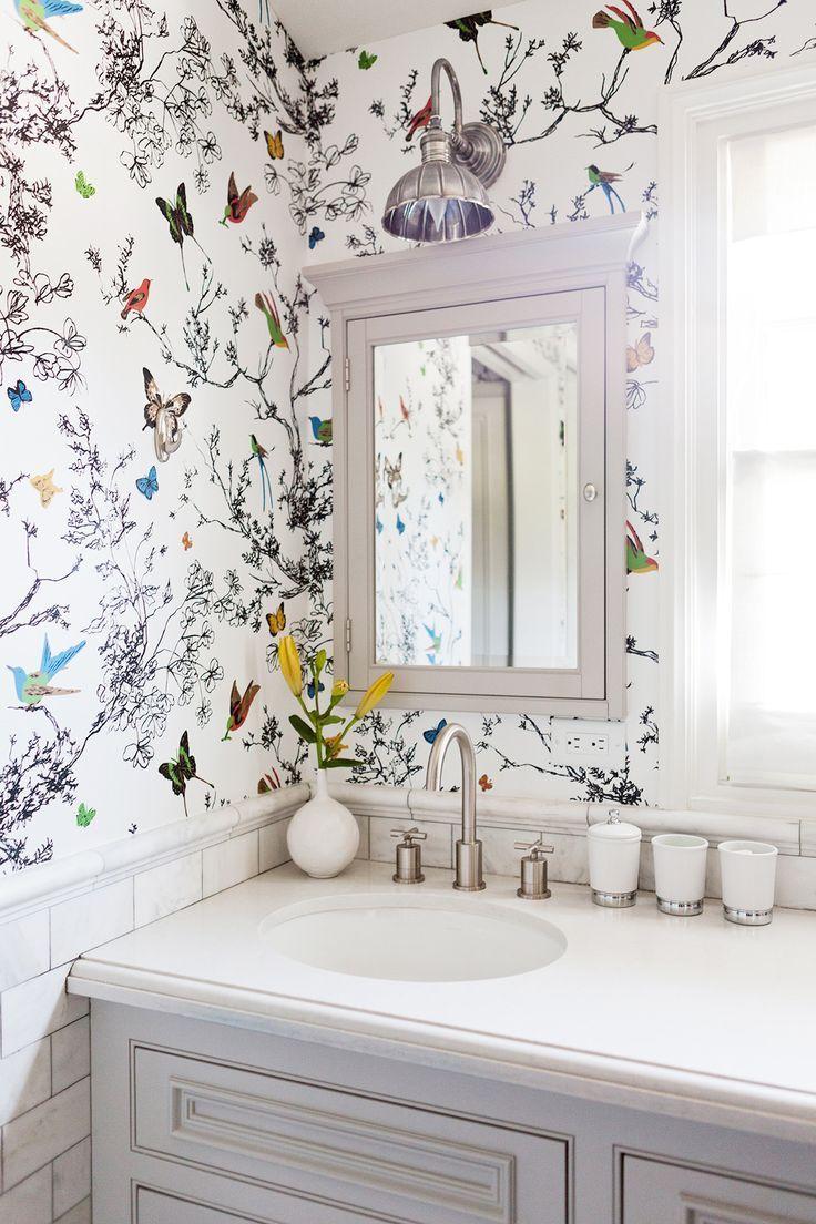 Белые обои с рисунком в интерьере ванной