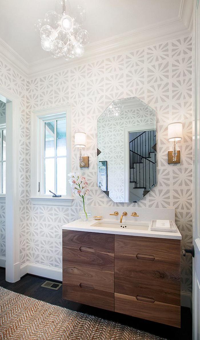 Белые обои с рисунком в ванной