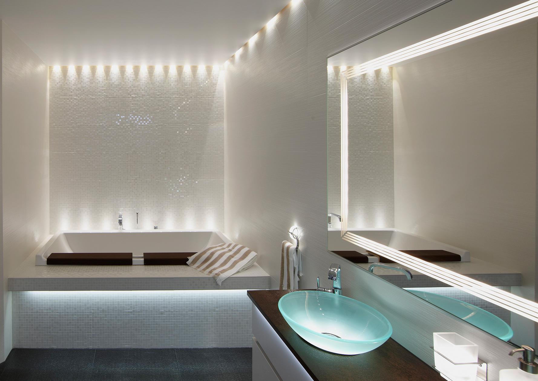 Потолок со светодиодной подсветкой в ванной