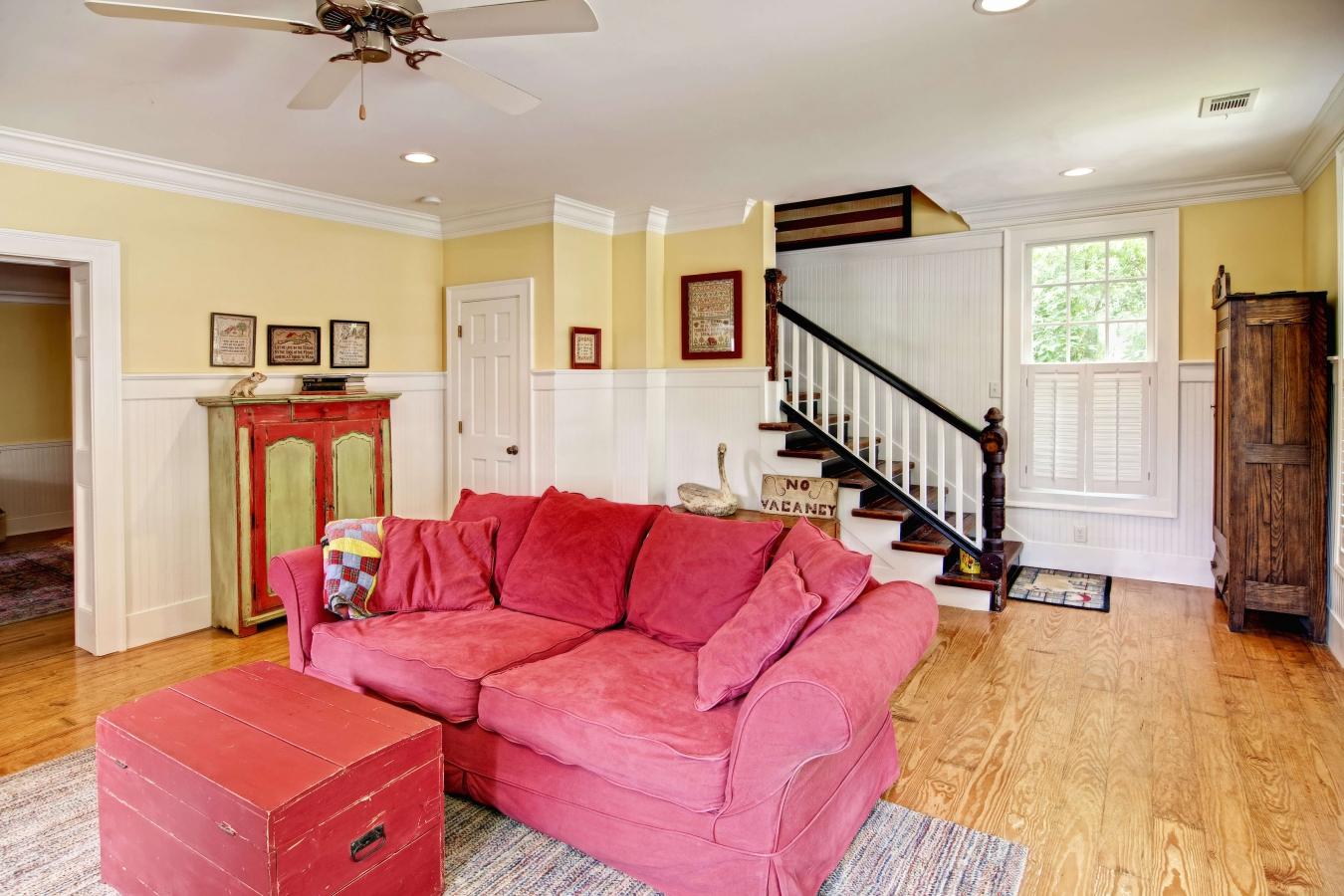 Розовый диван в велюровой обивке