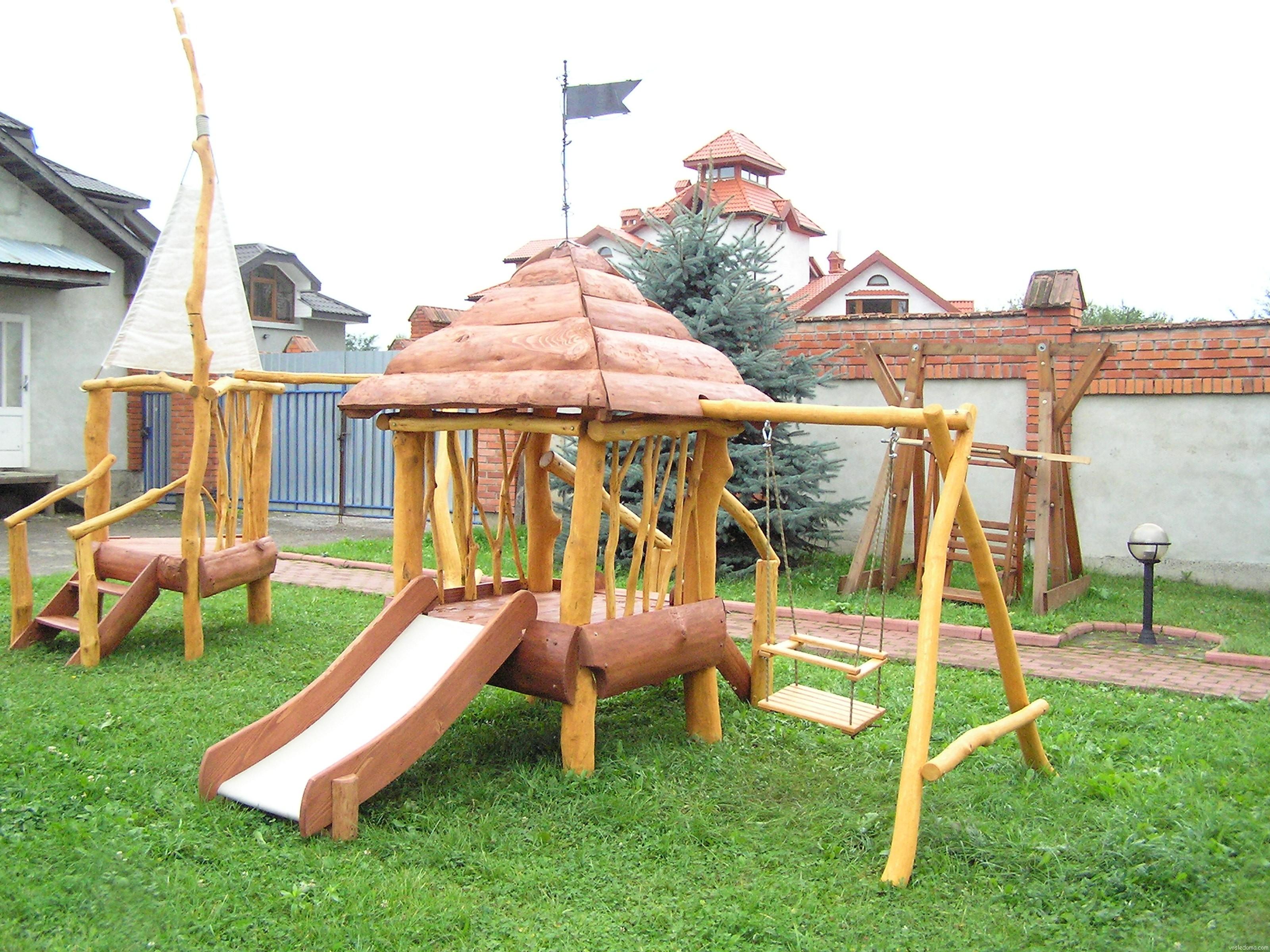 Детская игровая площадка из дерева и веток