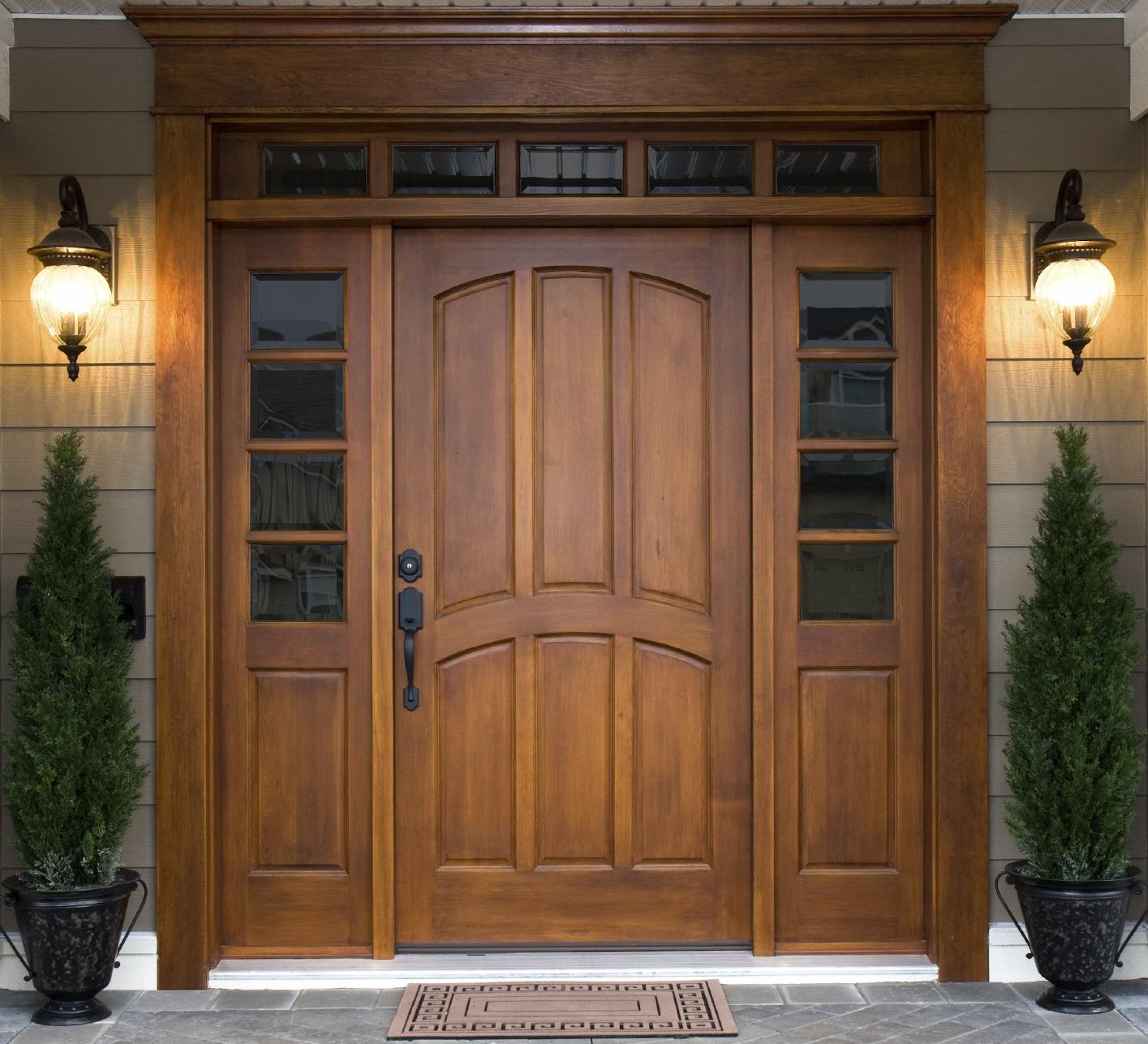 Входная дверь из массива со стеклом