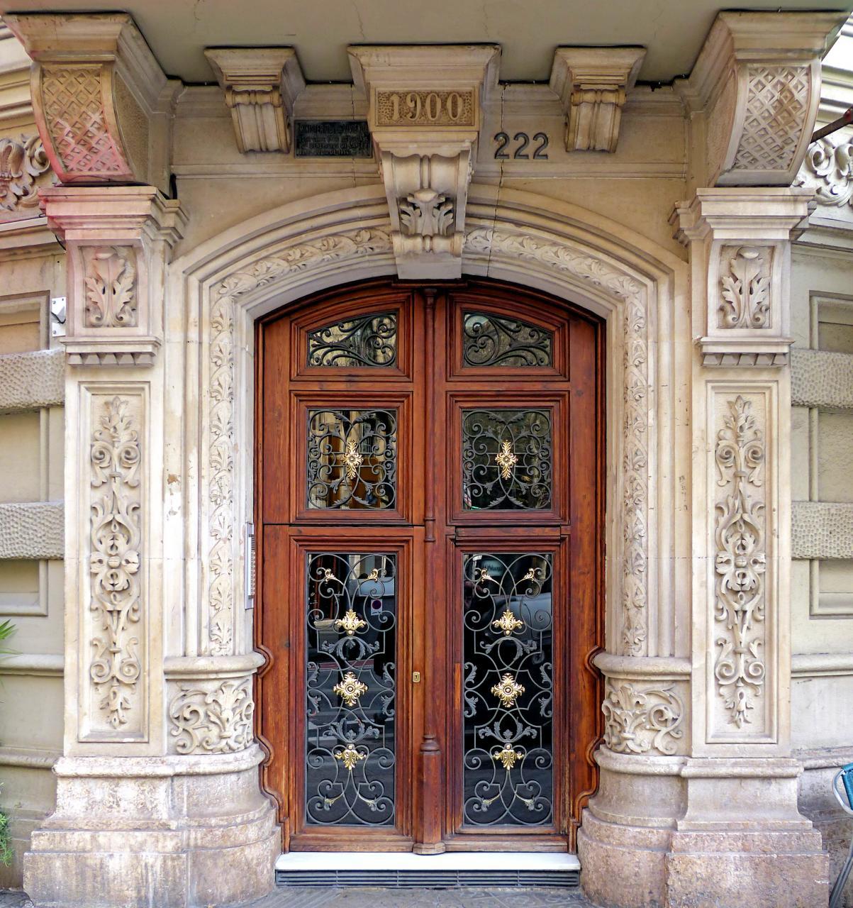 Фасадный декор входной группы дома