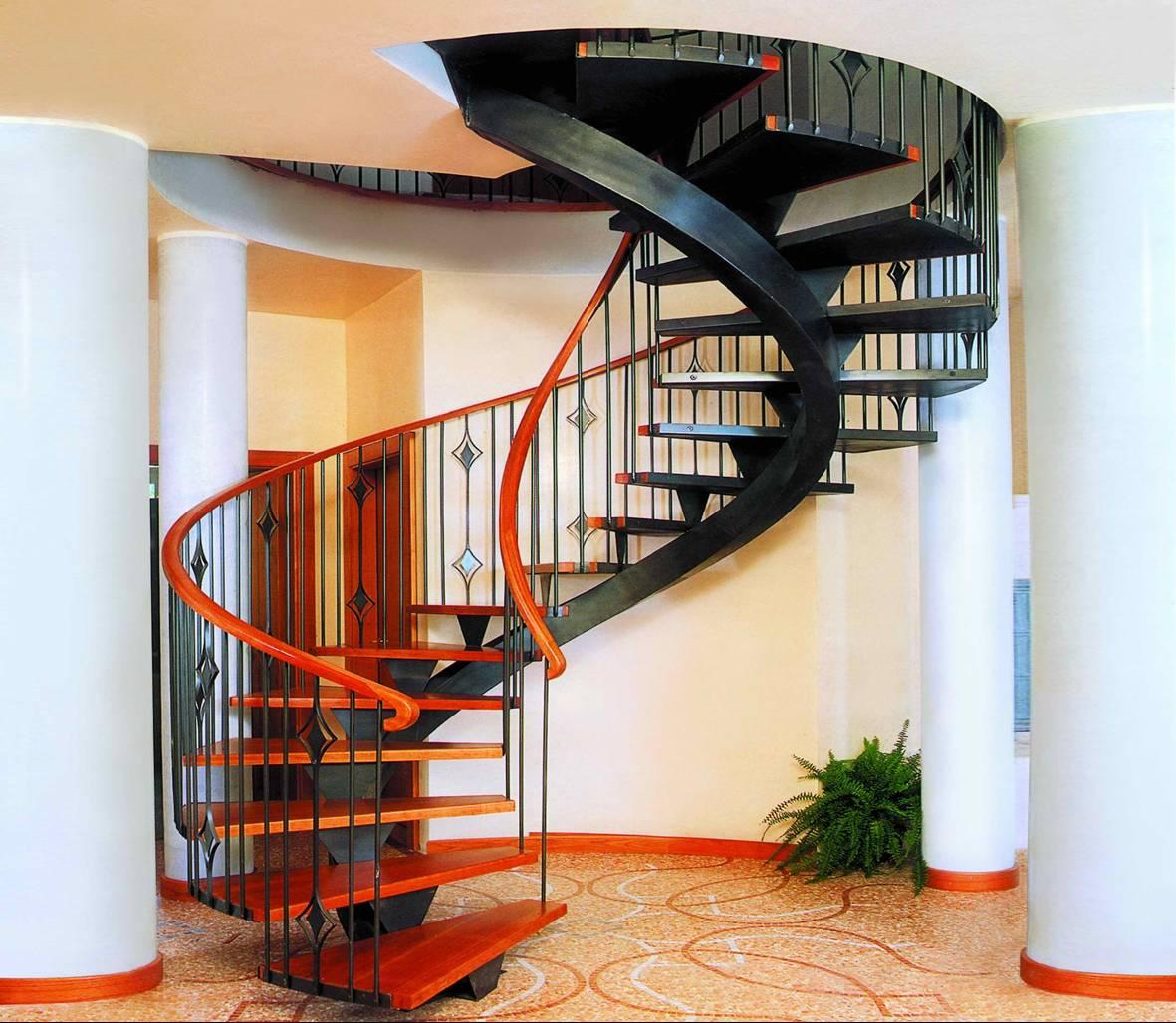 Перила из металла на винтовой лестнице