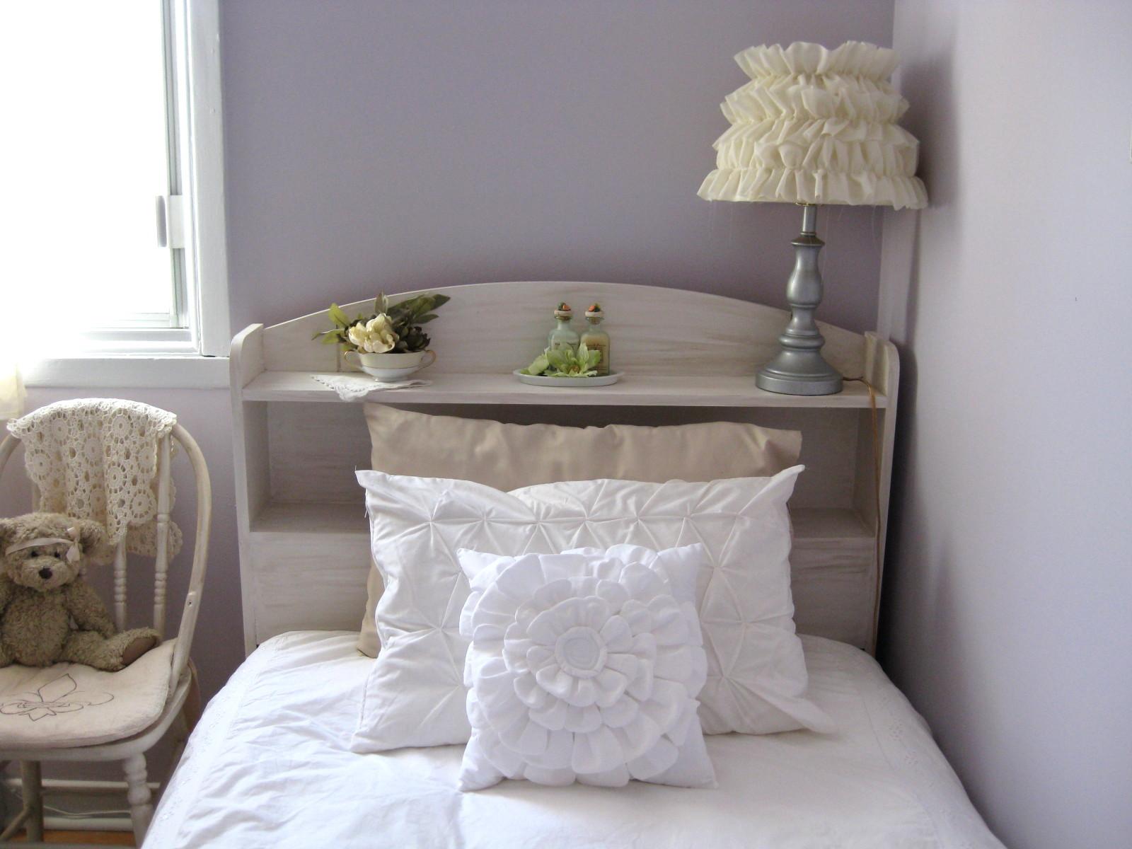 Подушка с воланами в интерьере спальни