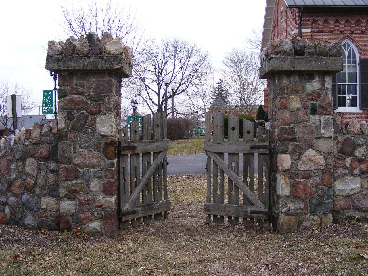 Каменный забор с воротами