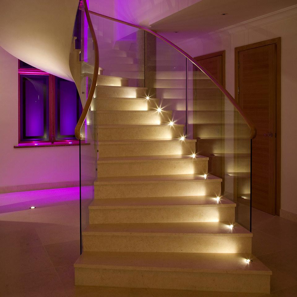 Встроенное освещение лестницы