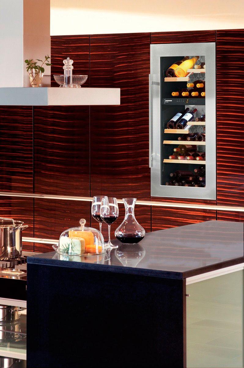 Встроенный в кухонную мебель шкаф для вина
