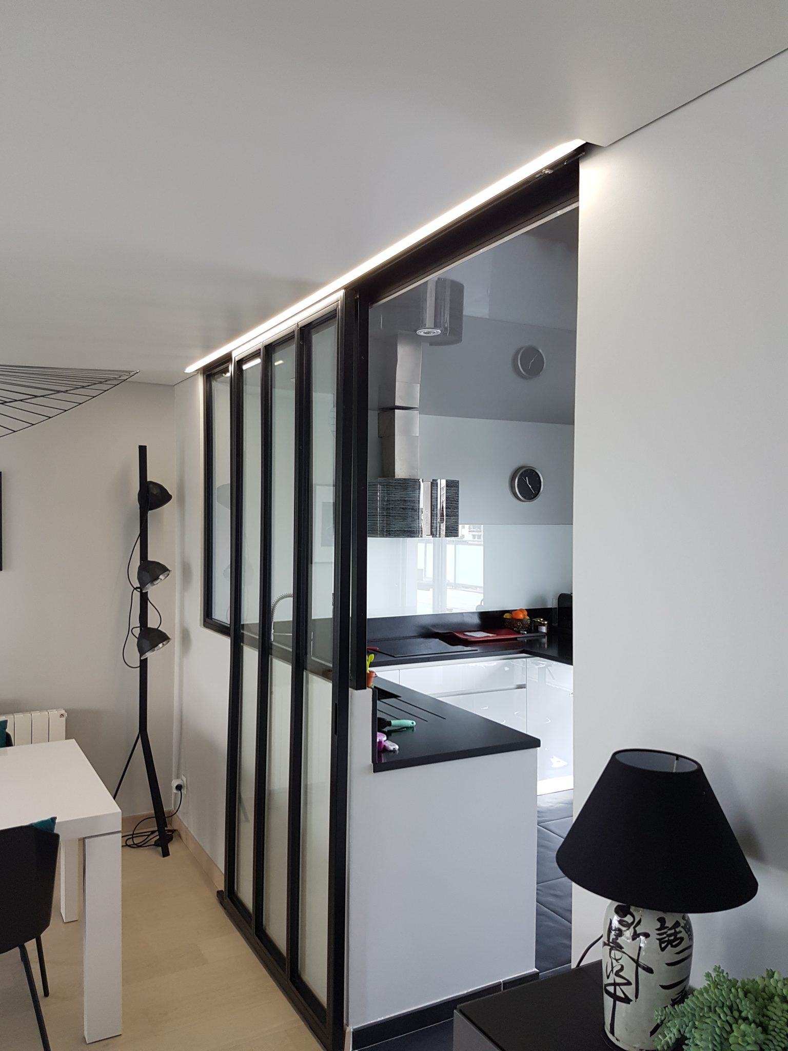 Потолок со светодиодной подсветкой встроенной