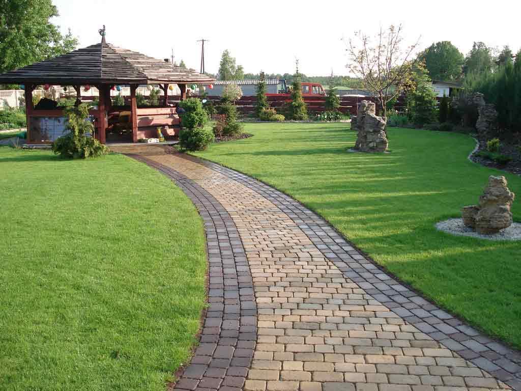 Тротуарная брусчатка в саду в японском стиле