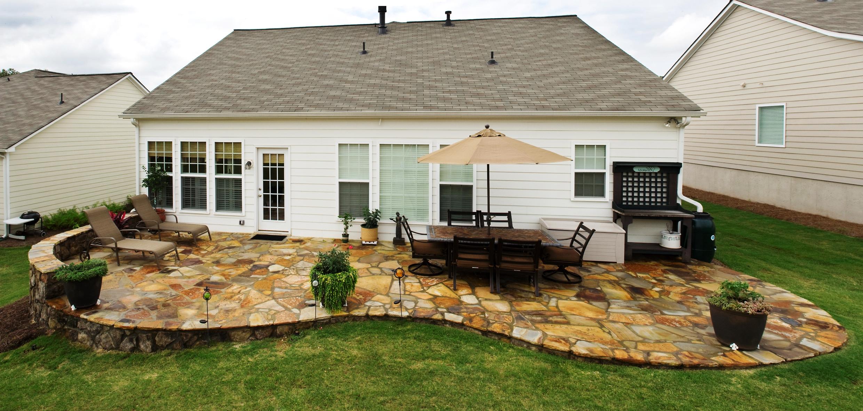 Патио на заднем дворе дома