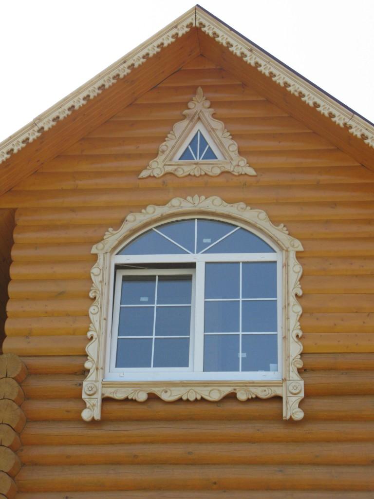 Резьба на окне загородного дома