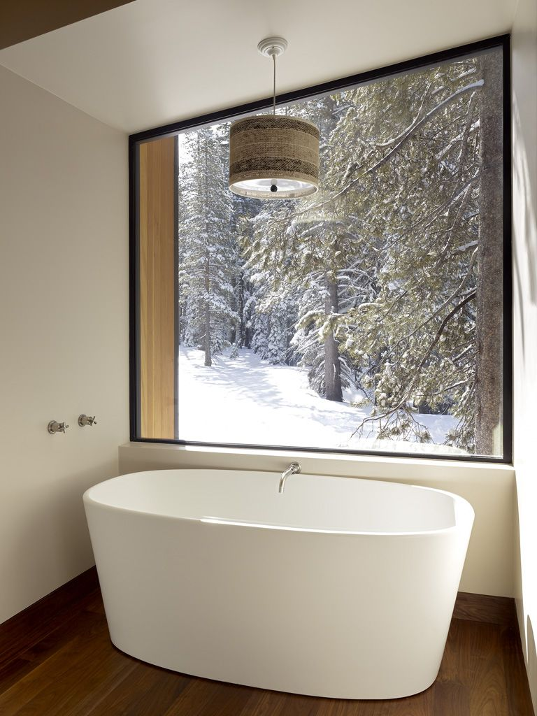 Отдельно стоящая ванна в загородном доме