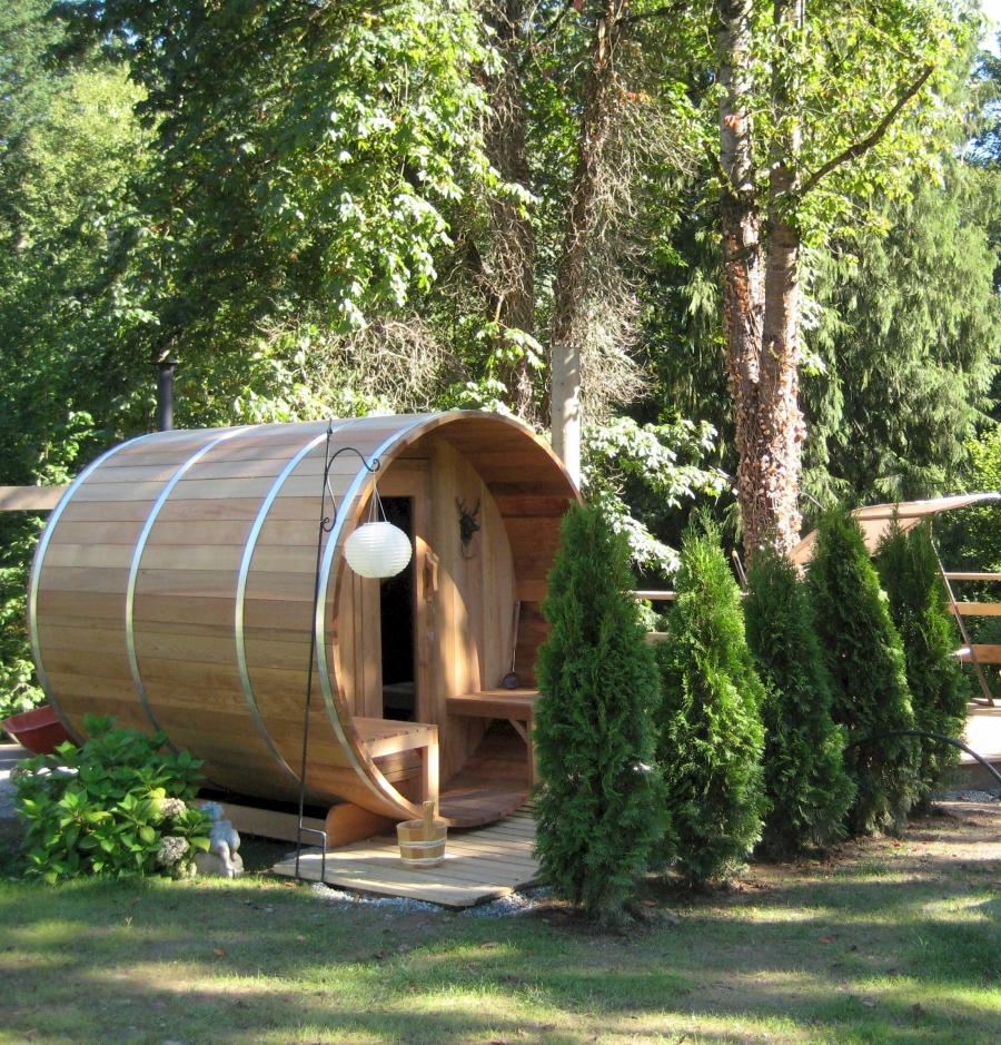 Баня-бочка в загородном доме