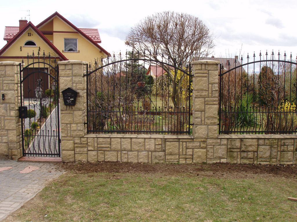 Забор с кирпичными столбами вокруг дома