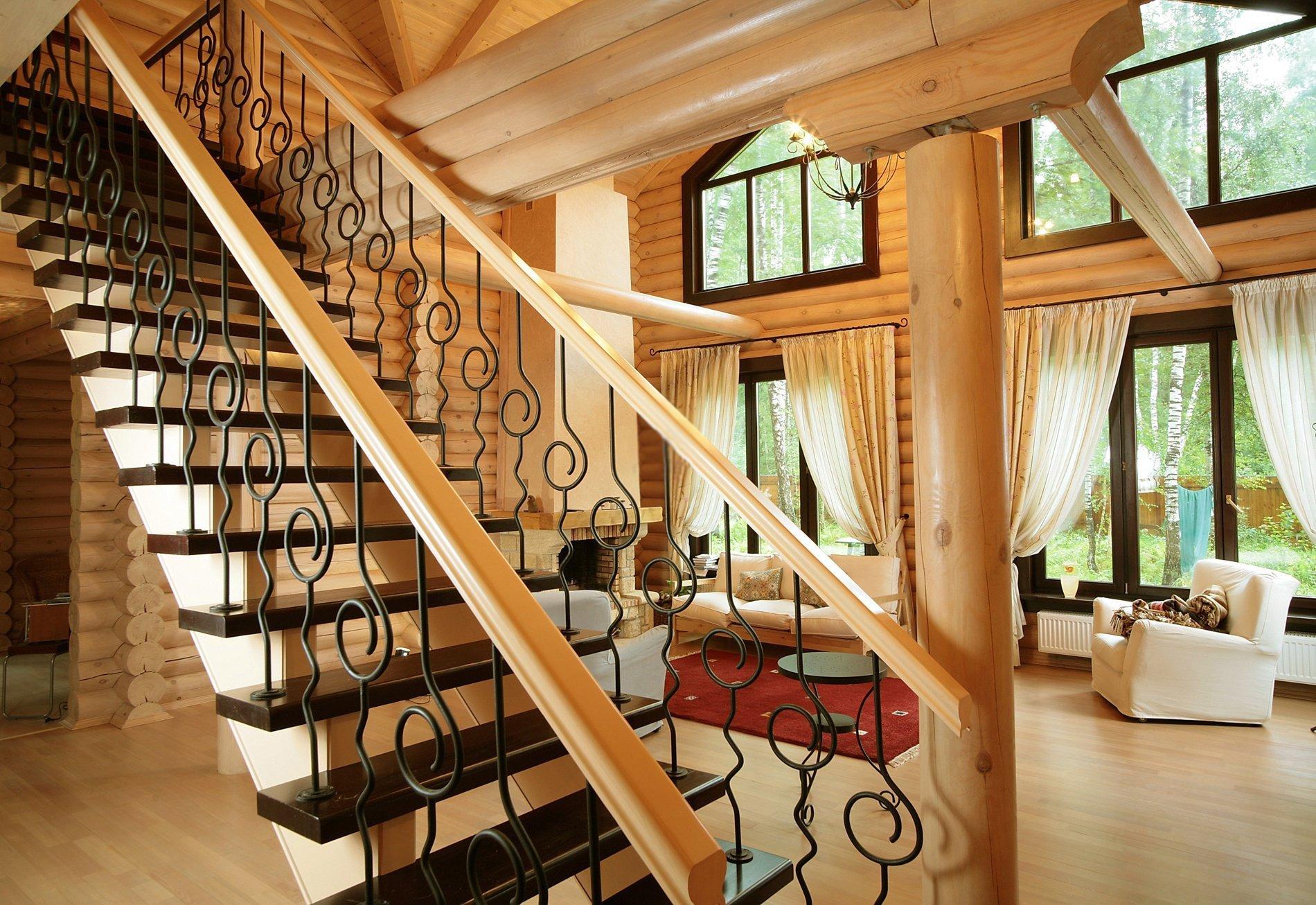 Металлические перила на деревянной лестнице в загородном доме