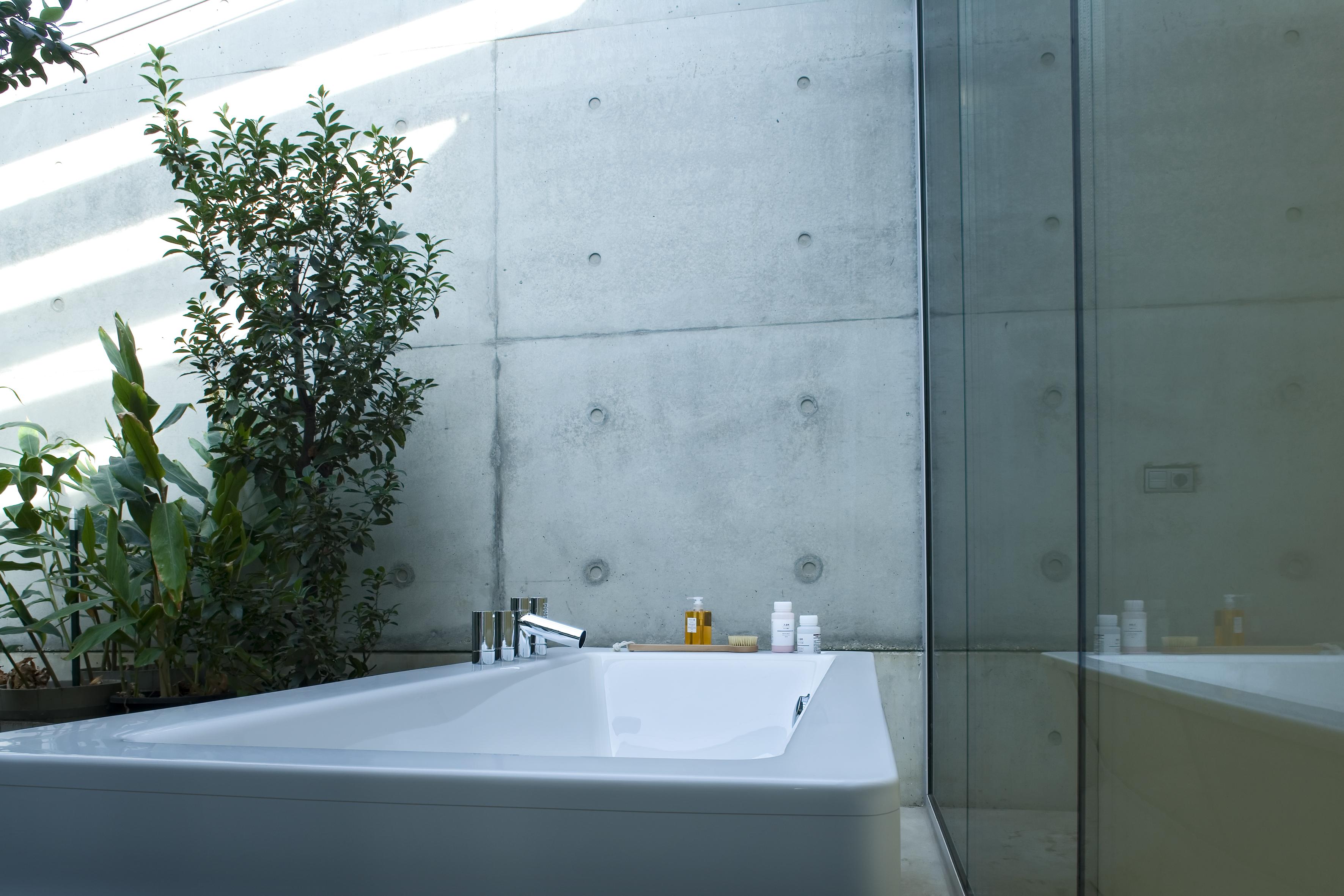 Смеситель на бортике ванны в загородном доме