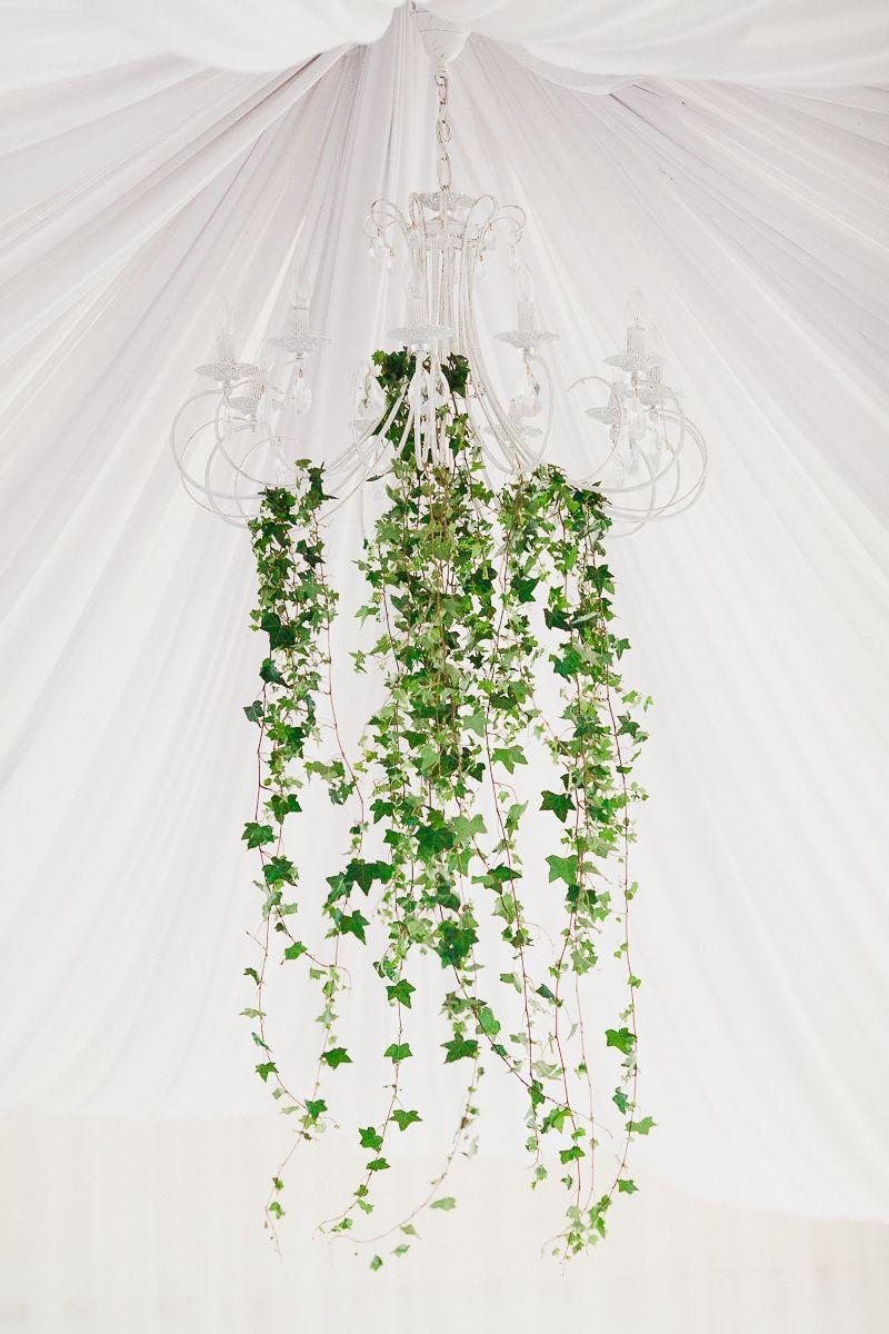 Декор люстры зелеными листьями