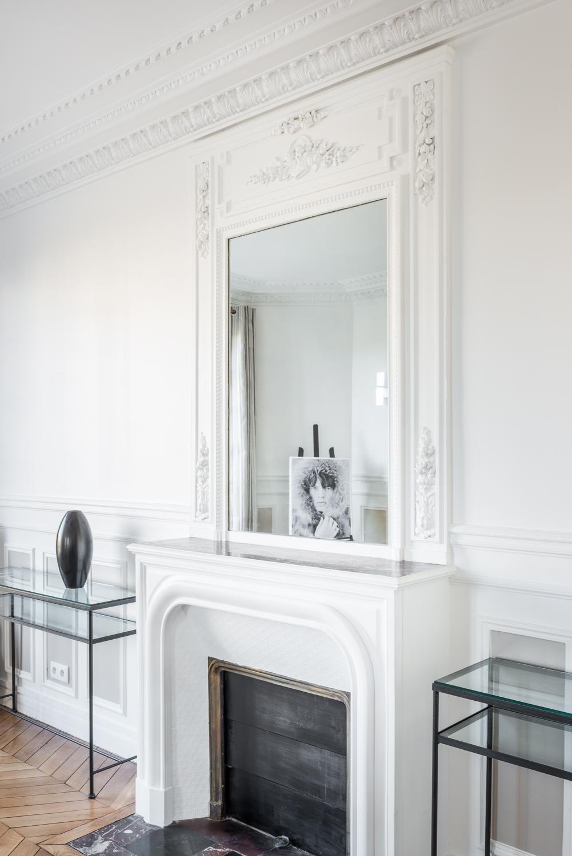 Декор из гипса вокруг зеркала