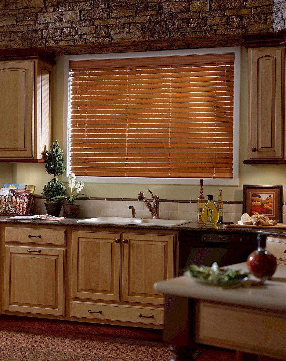 Жалюзи на кухонном окне