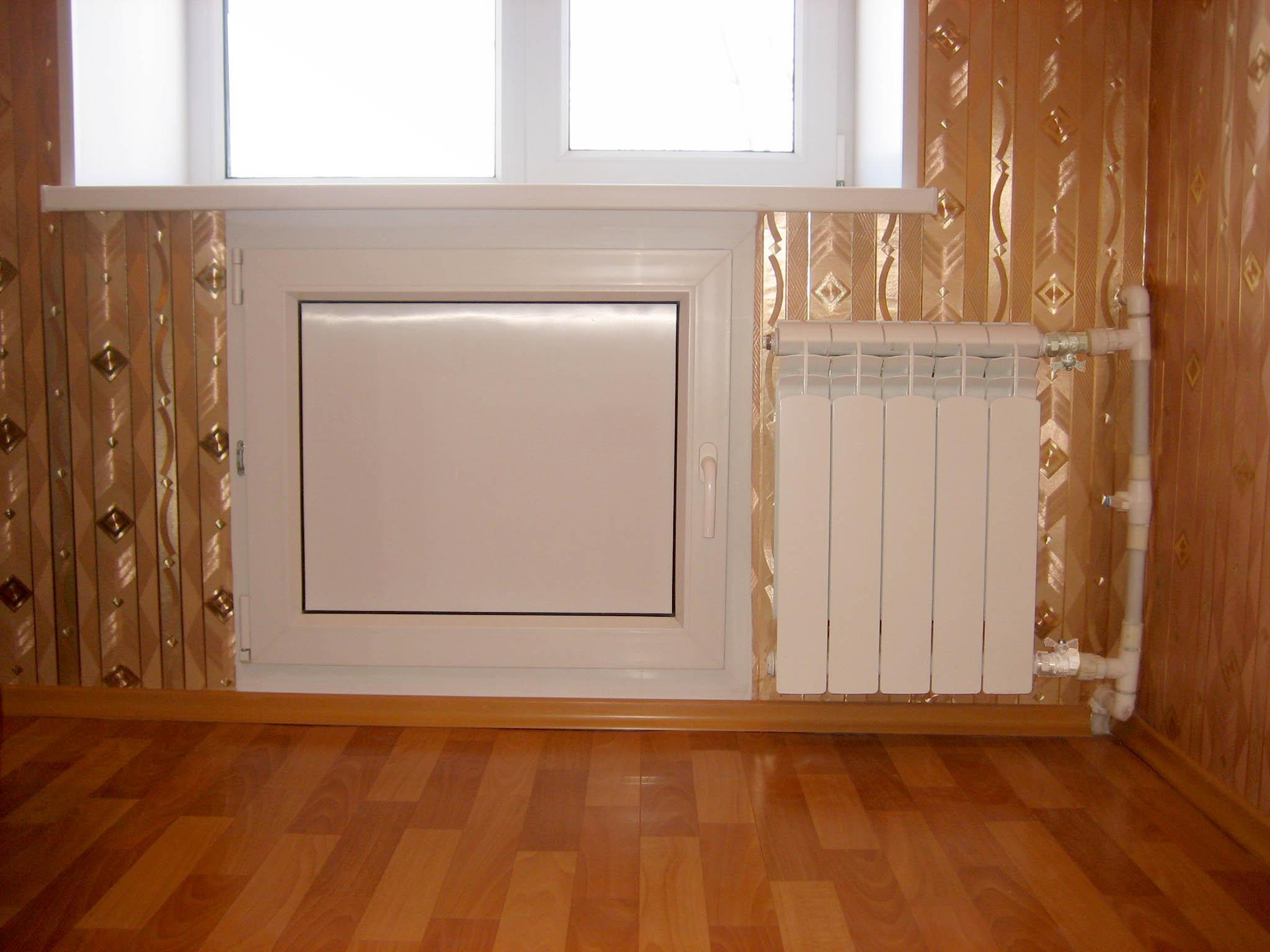 Холодильник под окном зимний