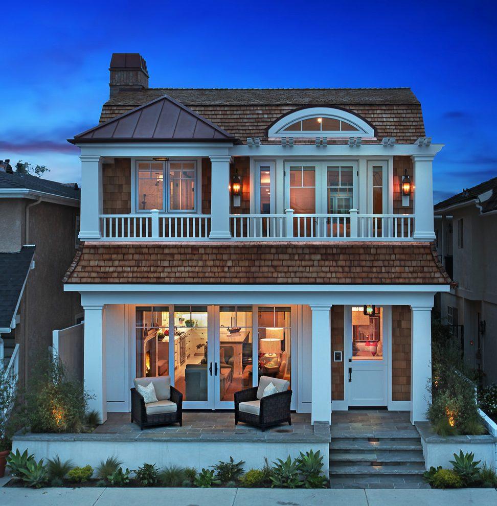 Крыша дома с мансардой и арочным окном