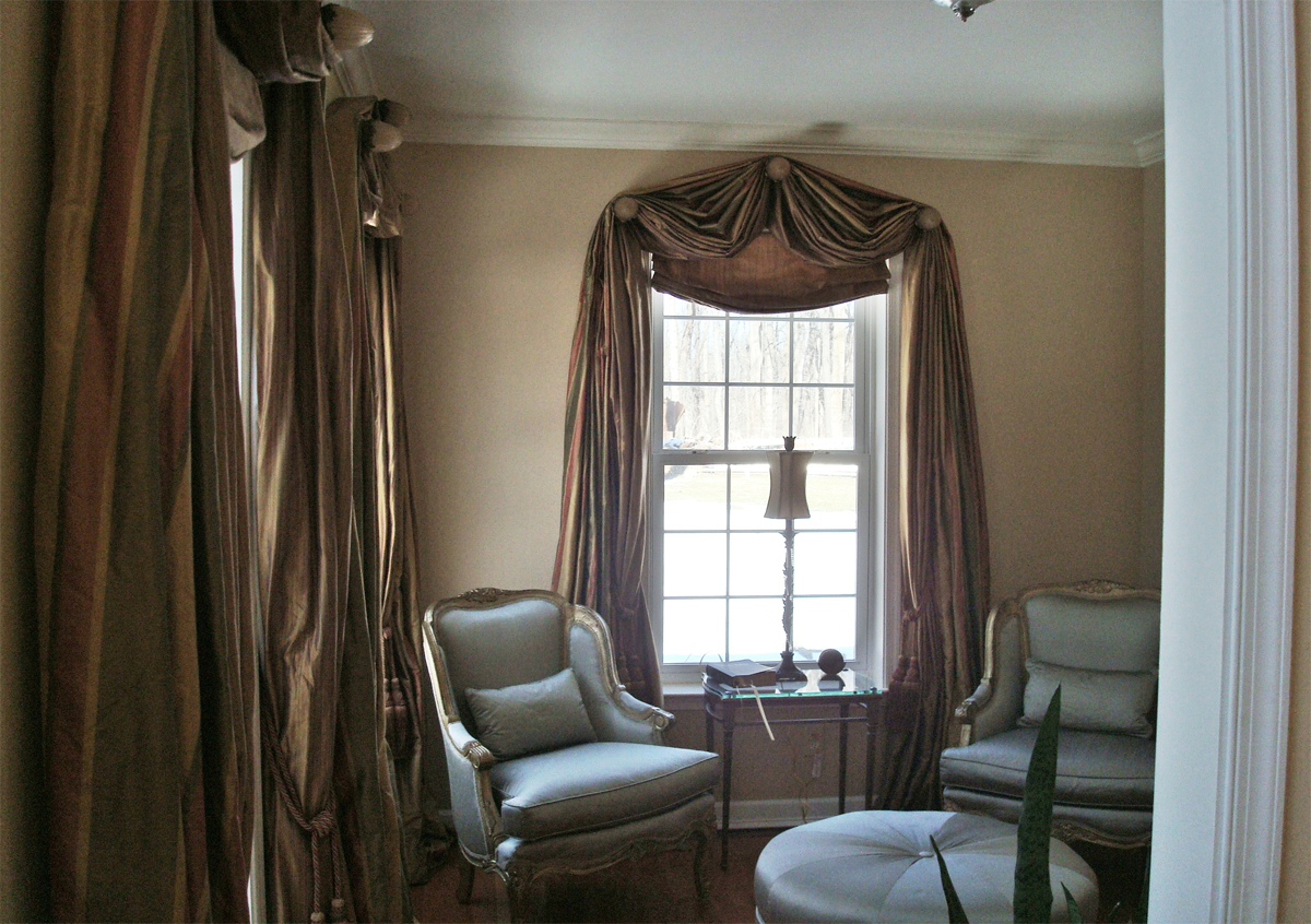 Атласные шторы на арочное окно
