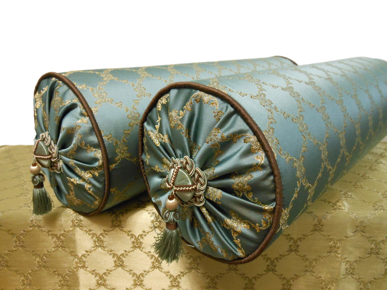 Атласная подушка-валик