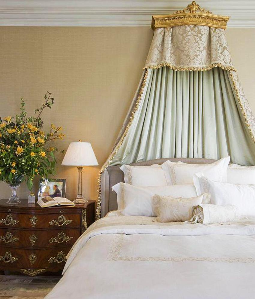 Балдахин с драпировкой над кроватью в спальне