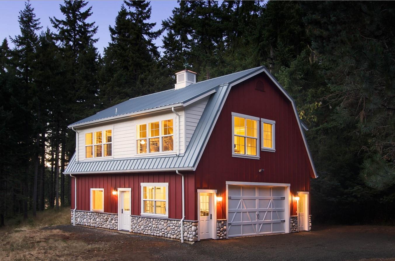 Крыша дома с мансардой и балконом