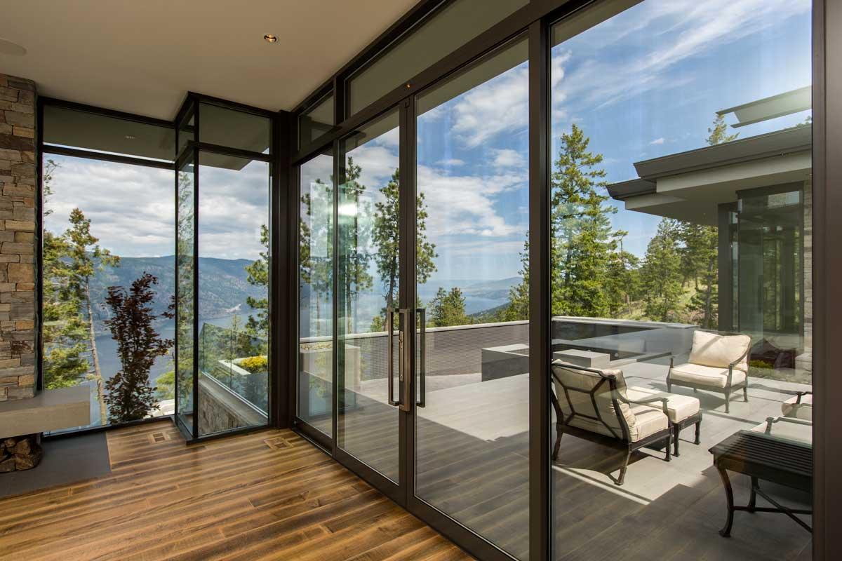 Распашная маятниковая дверь на балкон