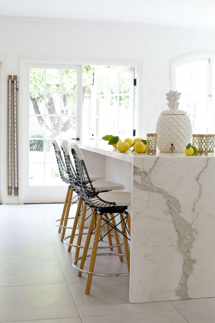 Барная стойка из мрамора на кухне