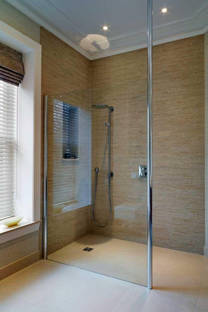 Душевая плита с трапом в бежевой ванной