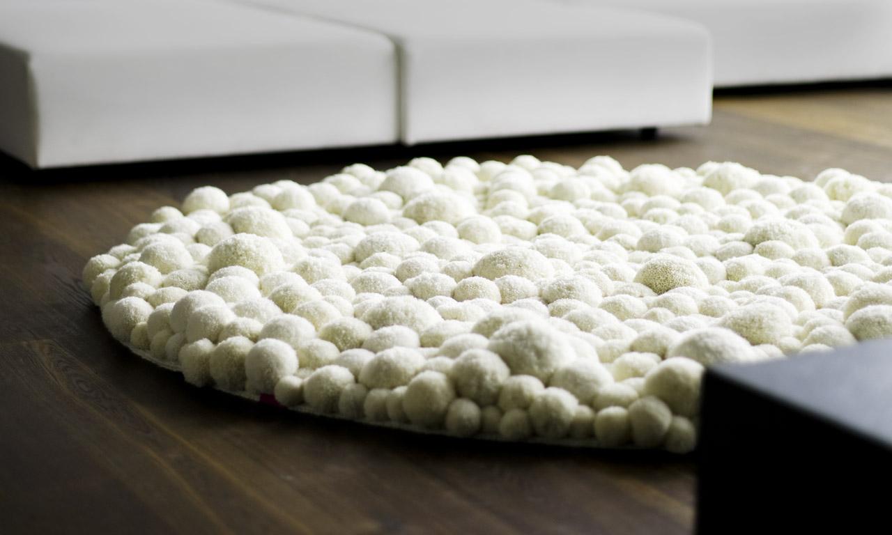 Белый коврик из помпонов