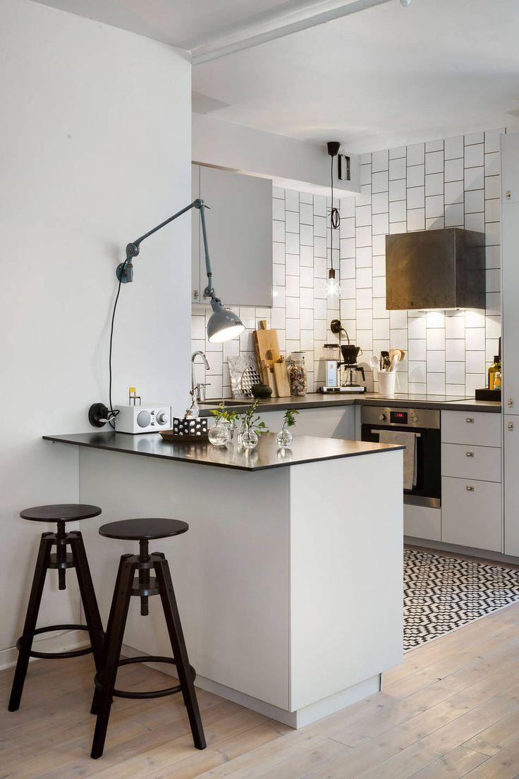 Белый кухонный гарнитур с барной стойкой