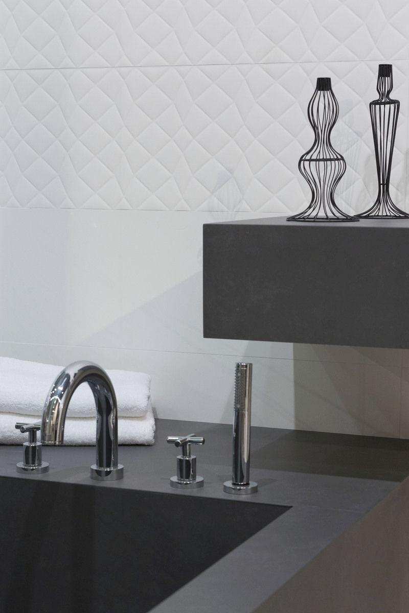 Белая плитка из керамогранита в ванной