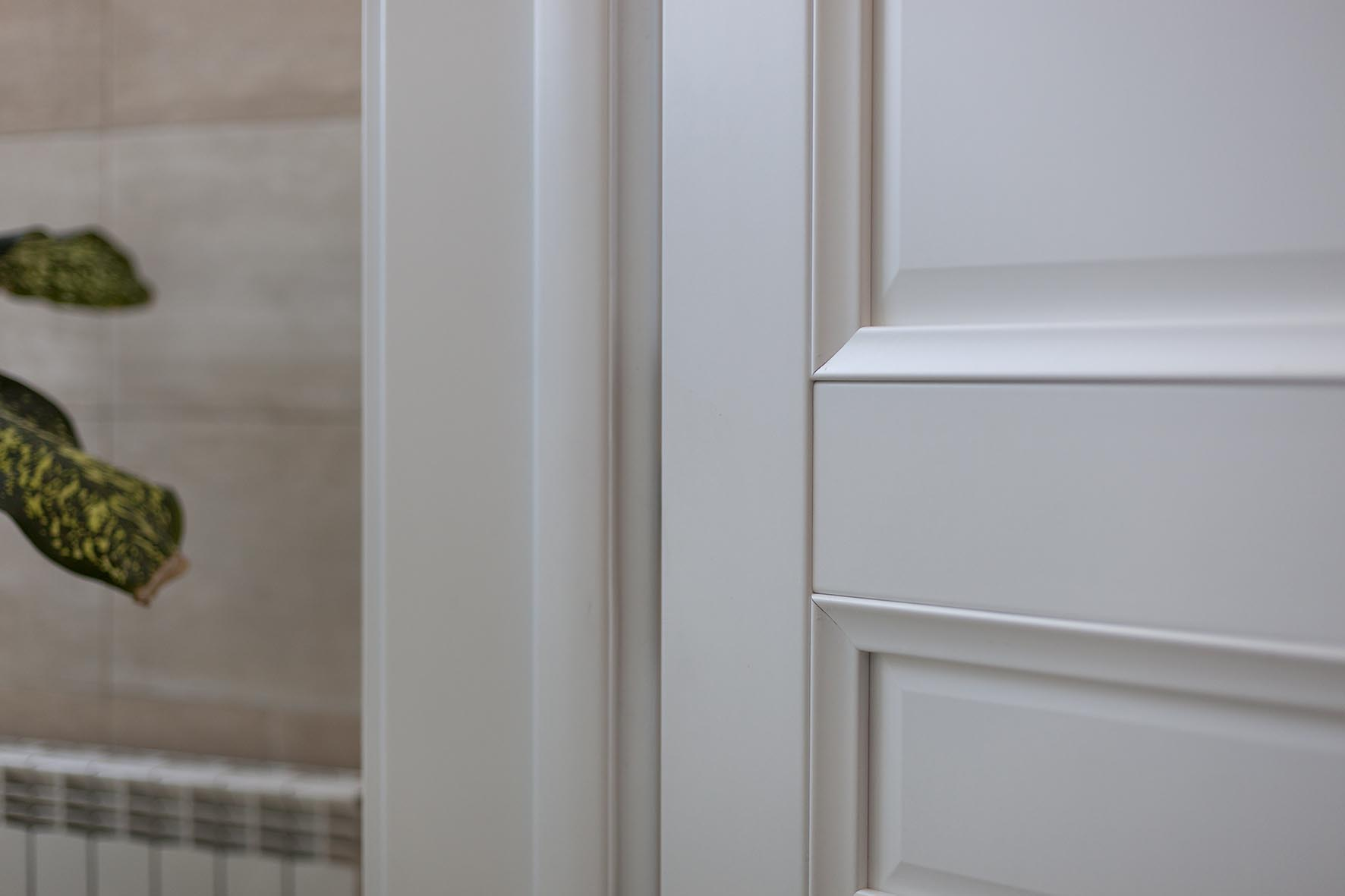 Белая дверь из CPL пластика