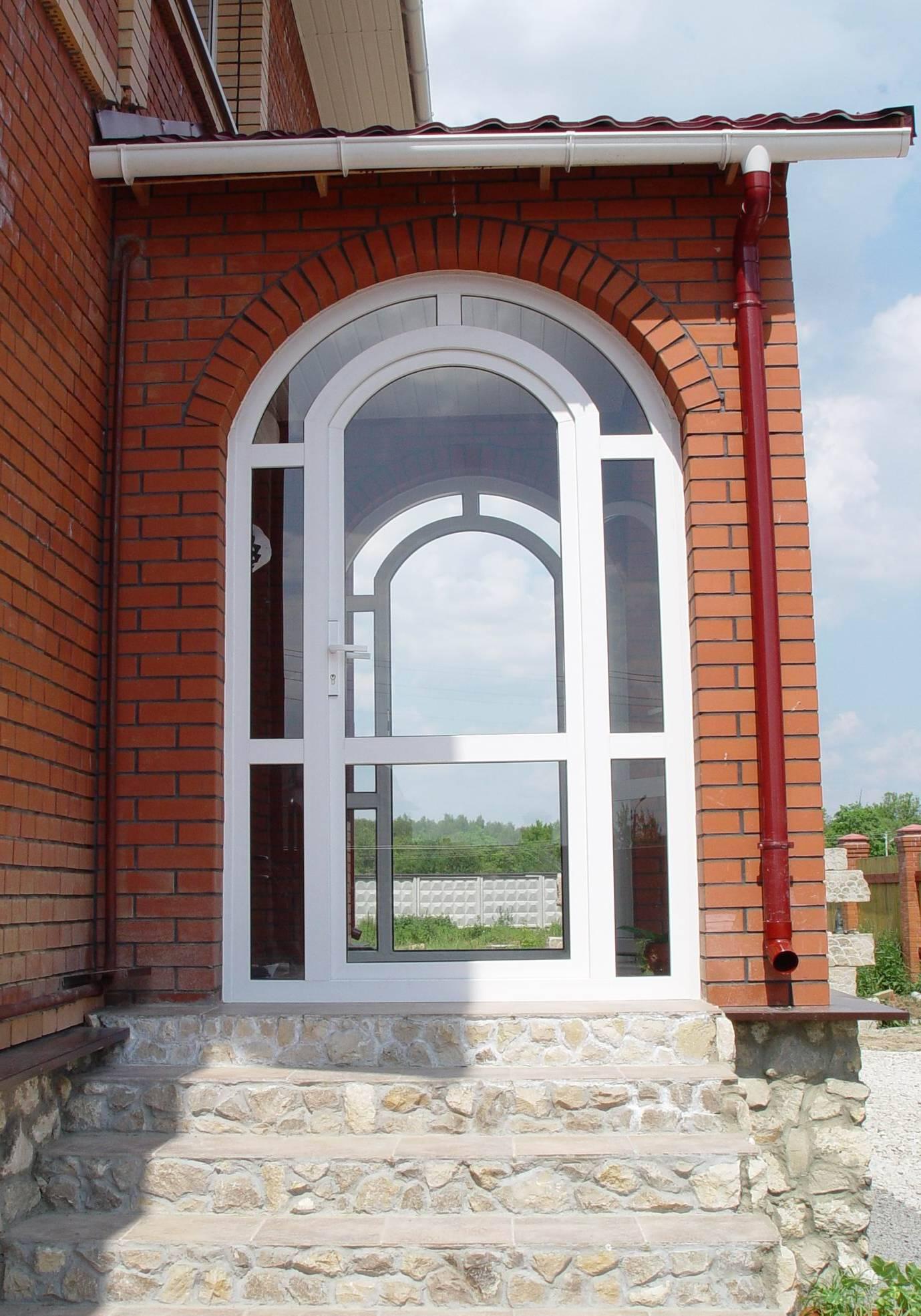 Белая пластиковая дверь