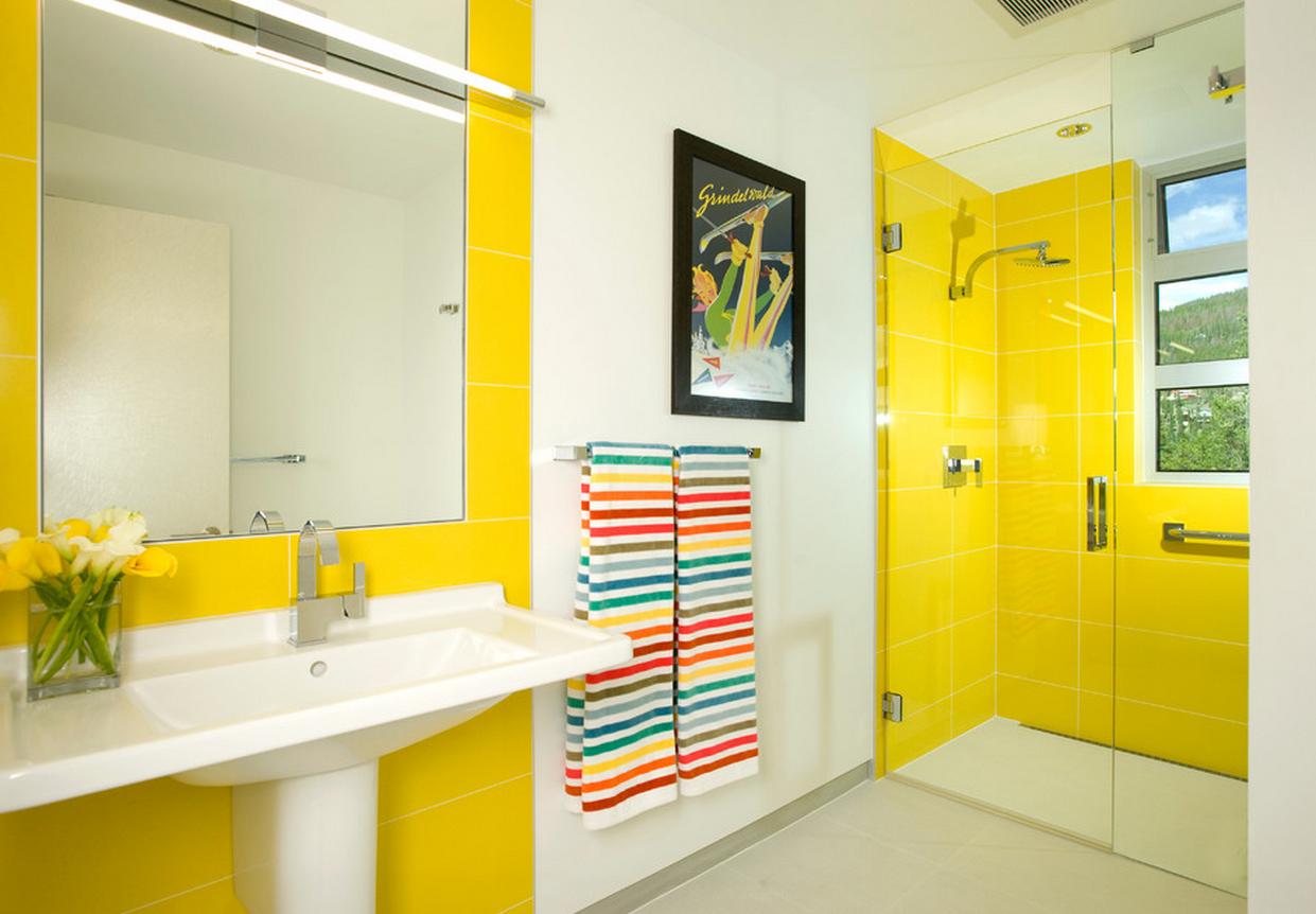 Желто-белая плитка в ванной комнате