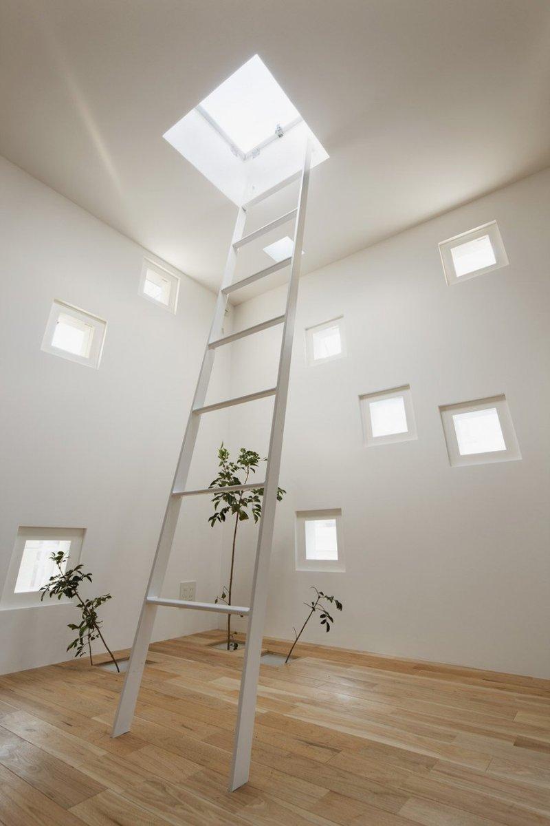 Белая чердачная лестница
