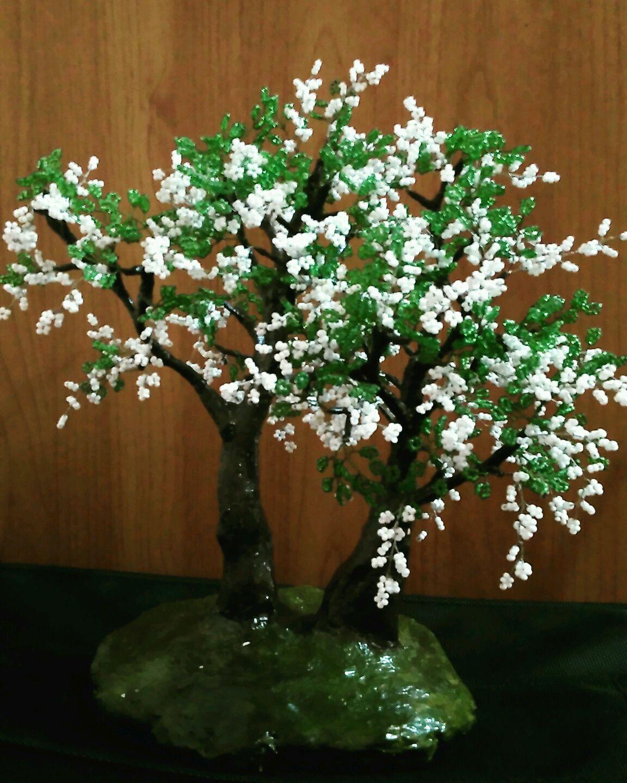 Дерево из бисера с белыми цветами